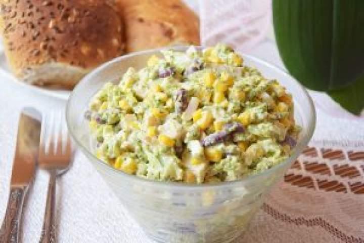 Brokułowa sałatka wsosie czosnkowym