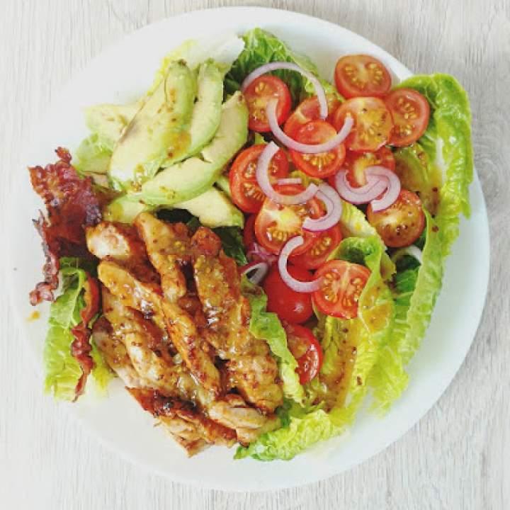 Sałatka z z kurczakiem w sosie miodowo-musztardowym