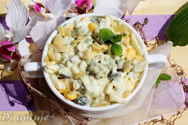 Sałatka makaronowa z brokułem, kukurydzą, serem i ogórkiem kiszonym