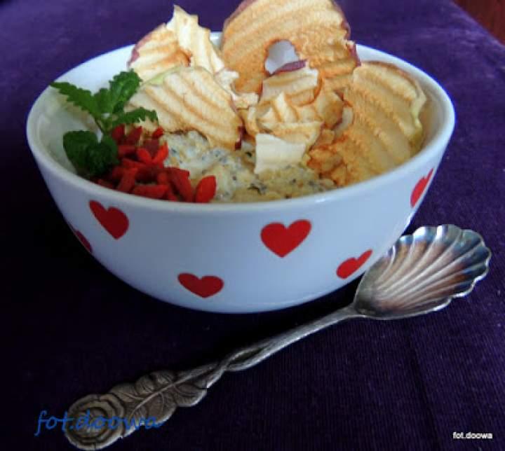 Owsianka z chia i czipsami jabłkowymi
