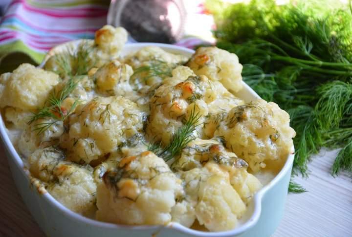 Kalafior zapiekany w sosie serowym z koperkiem