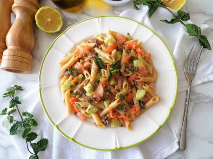 Orzeźwiająca sałatka makaronowa z wędzonym łososiem, ogórkiem i miętą (Pasta rinfrescante con salmone affumicato, cetriolo e menta)