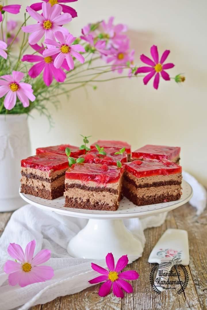 Ciasto tortowe z michałkami i galaretką z malinami