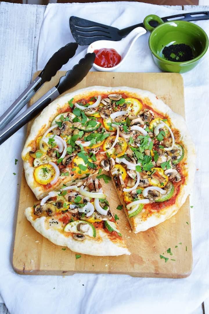 Pizza z cukinią i pieczarkami