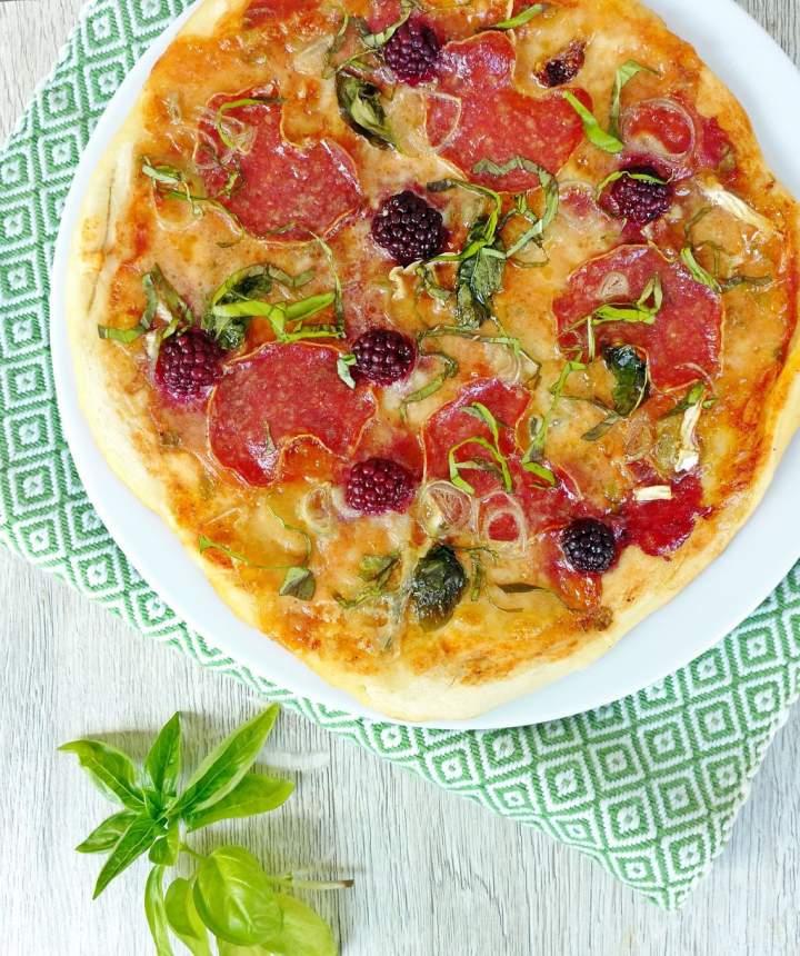 Pizza z salami, serem pleśniowym i jeżynami