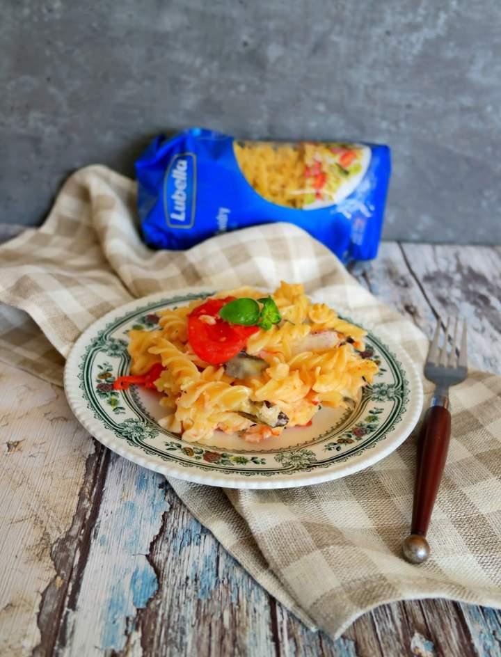 Makaron zapiekany z mozzarellą i pomidorami malinowymi