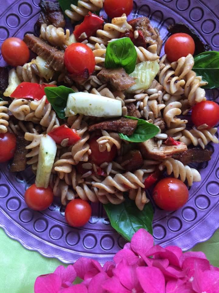 Razowy makaron ze schabem i pomidorkami cherry