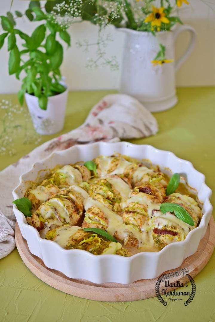 Filet z kurczaka w bazyliowym pesto z suszonymi pomidorami i mozzarellą