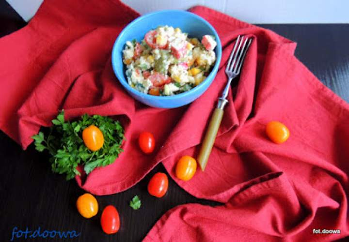 Sałatka z kaszy jaglanej i paluszków surimi o smaku krabowym