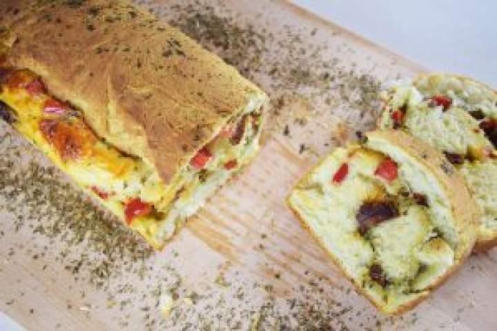 Serowy chlebek zpesto isuszonymi pomidorami