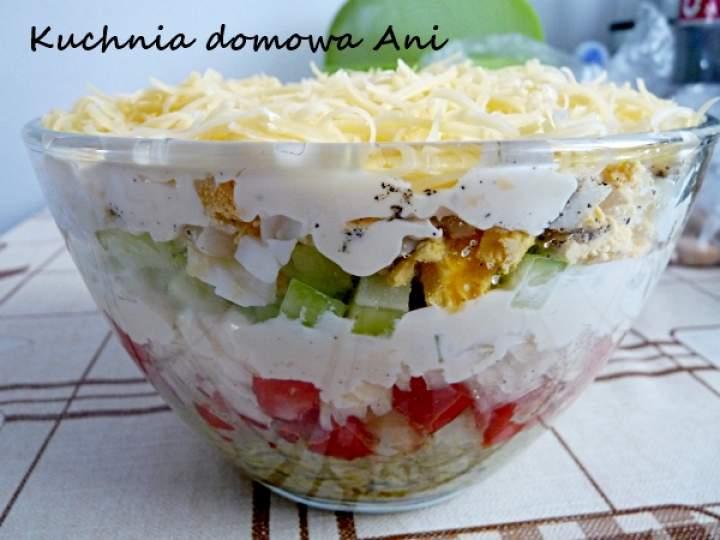 Sałatka warstwowa z ryżem i warzywami