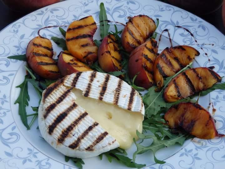 Grillowany camembert z brzoskwiniami na rukoli