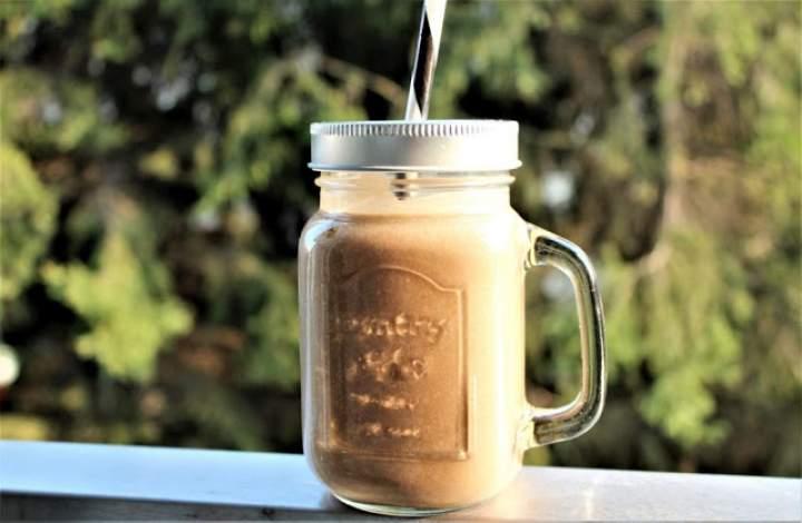 espresso + komosa ryżowa + banan + olej kokosowy + pyłek pszczeli + kakao + karob + mleko migdałowe