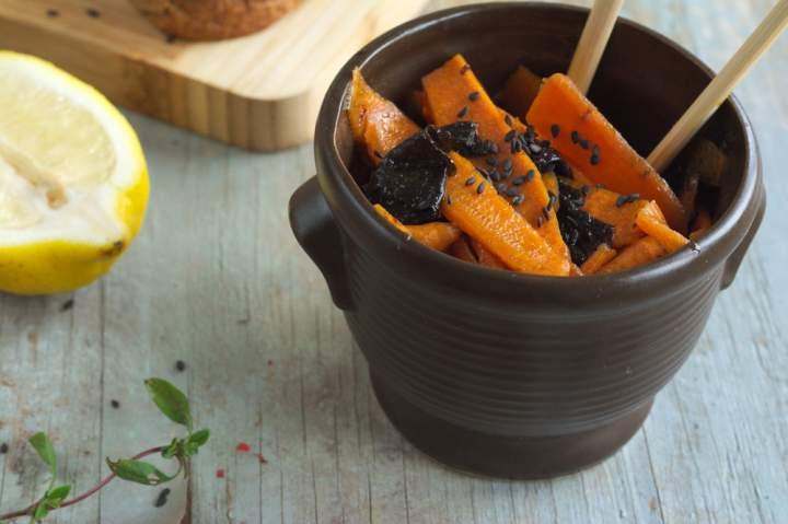 Kanapki z awokado, marynowaną marchewką i czarnym sezamem