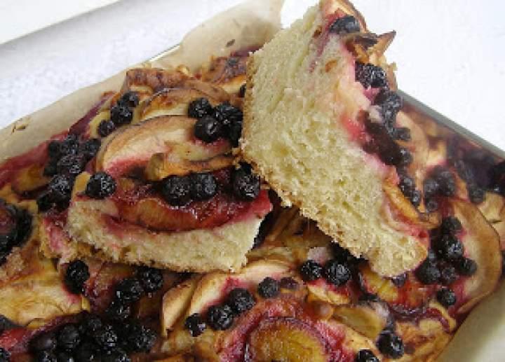 pyszne ciasto drożdżowe z cynamonem, aronią, śliwkami, jabłkami…