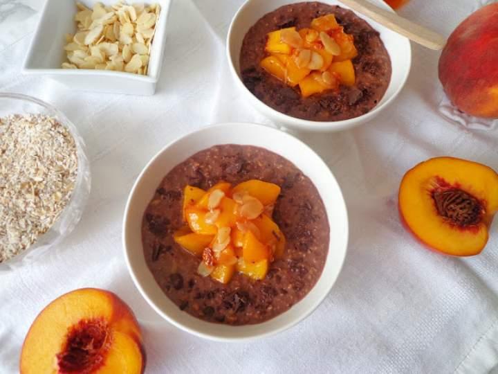 Z cyklu: Dla dzieci – Czekoladowa owsianka z karmelizowanymi brzoskwiniami (Porridge al cacao con pesche caramellate)