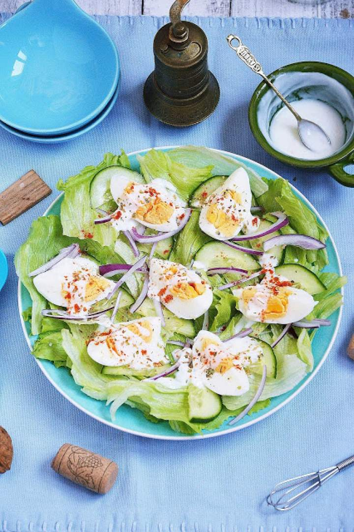 Sałatka jajeczna z ogórkiem zielonym i czosnkowym jogurtem