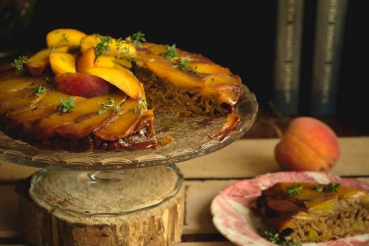 Odwrócone ciasto brzoskwiniowe z tymiankiem