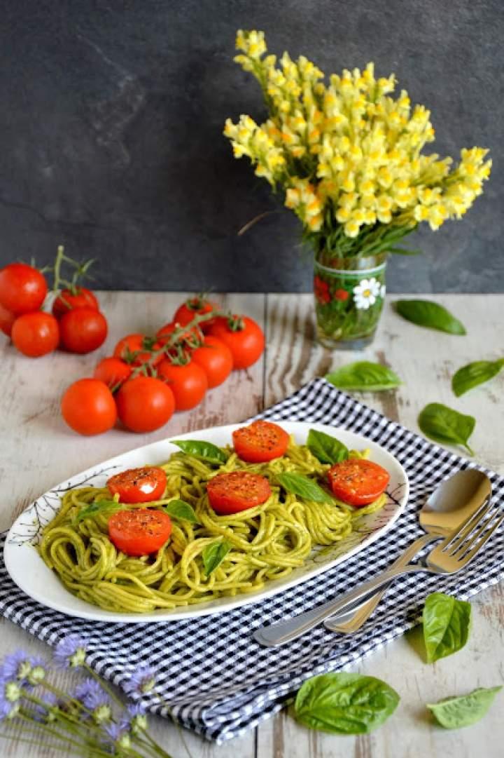 Makaron spaghetti w sosie bazyliowym z pomidorkami koktajlowymi