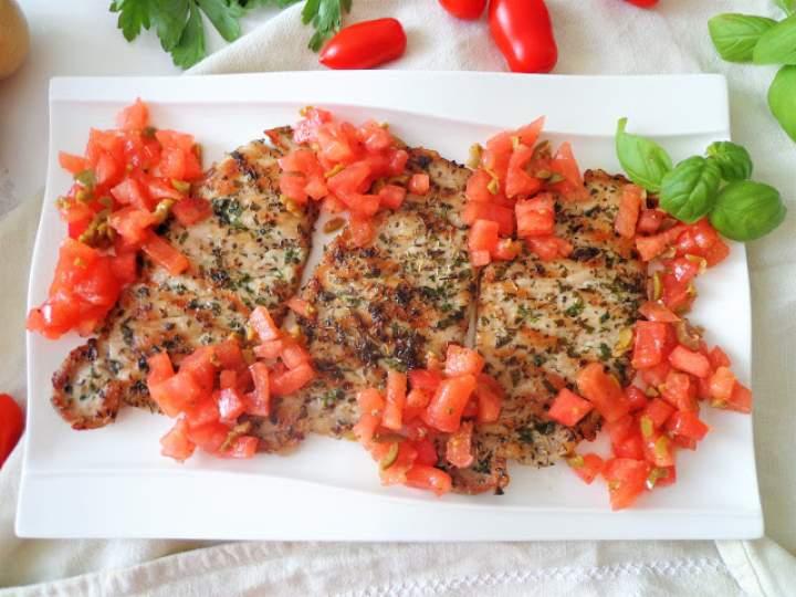 Schab w ziołach z pomidorową salsą (Lonza di maiale con salsa di pomodori)