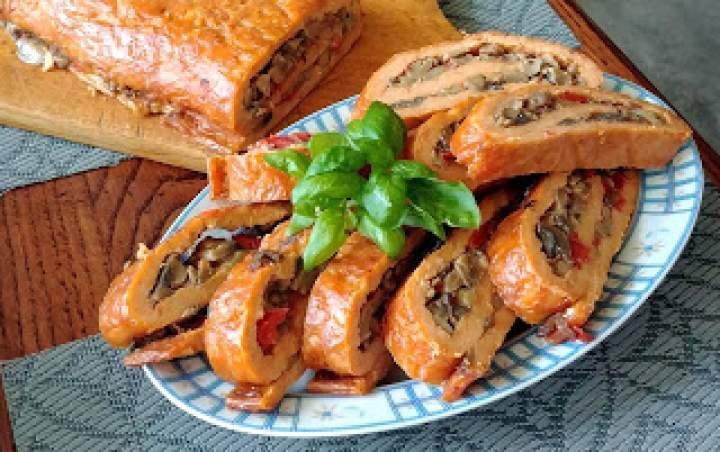 Pomidorowa rolada serowa z pieczarkami i papryką