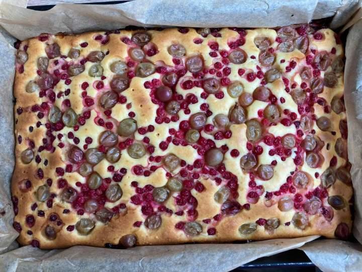 Ciasto z zsiadłym mlekiem i owocami