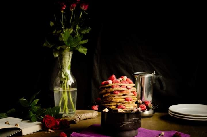 Różane pancakes z owocami. Śniadanie idealne