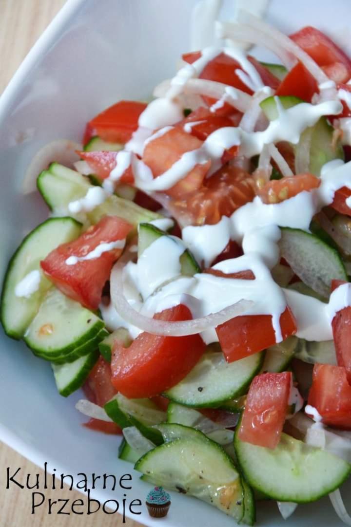 Sałatka z pomidora i ogórka w kremowym sosie