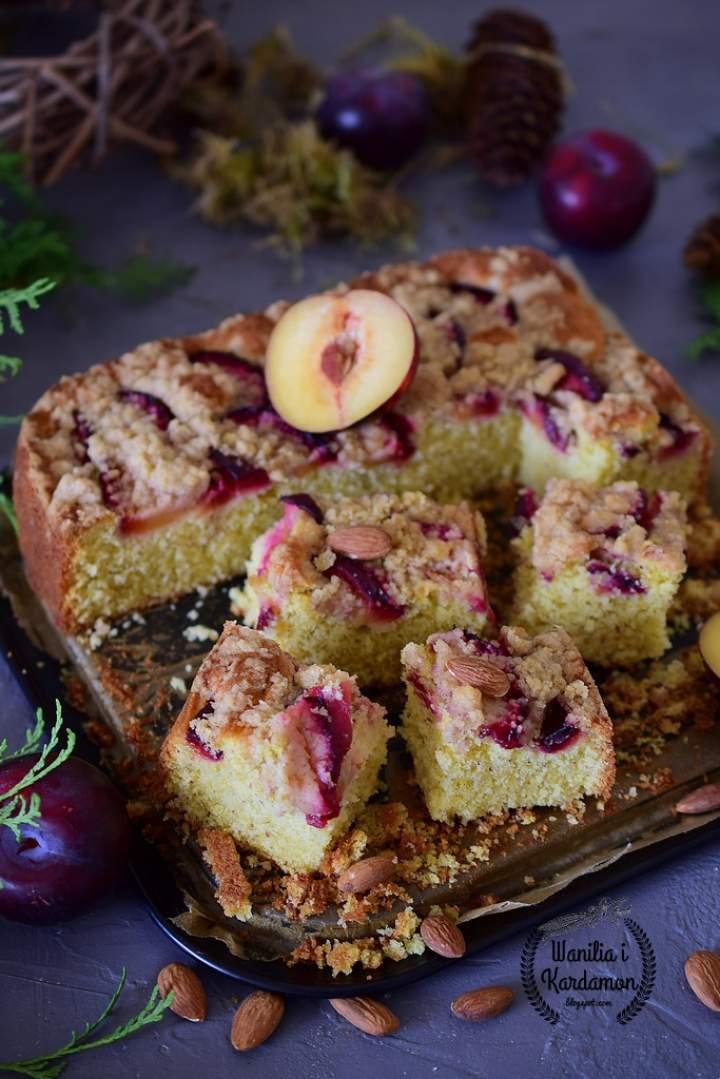 Ciasto migdałowe ze śliwkami i cynamonową kruszonką