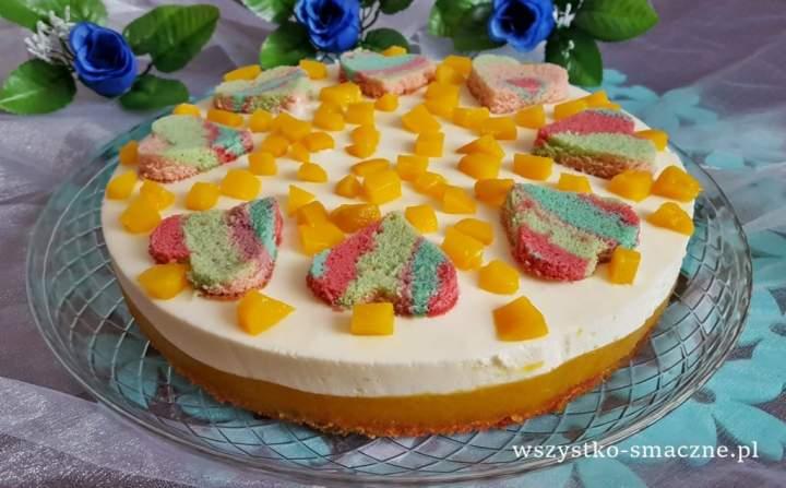 Kolorowe ciasto z brzoskwiniową masą