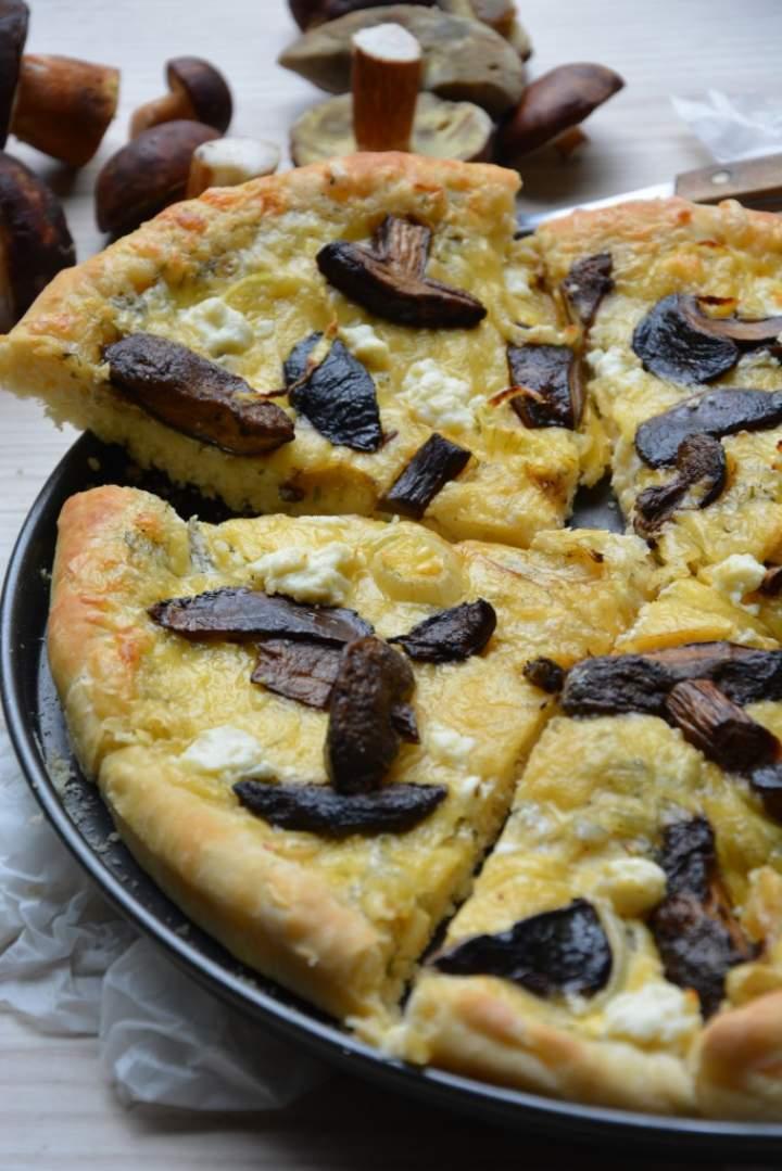 Pizza na puszystym cieście z sosem śmietanowym, podgrzybkami i fetą
