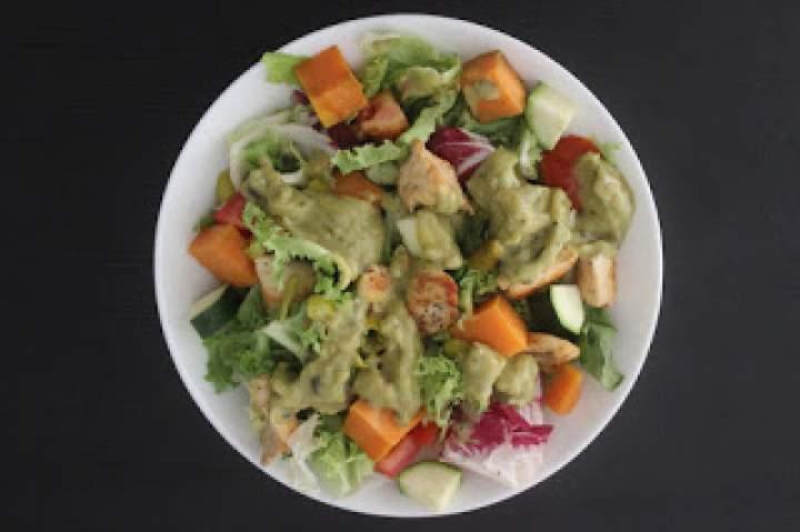 Sałatka z kurczakiem, batatem, jalapeno i guacamole