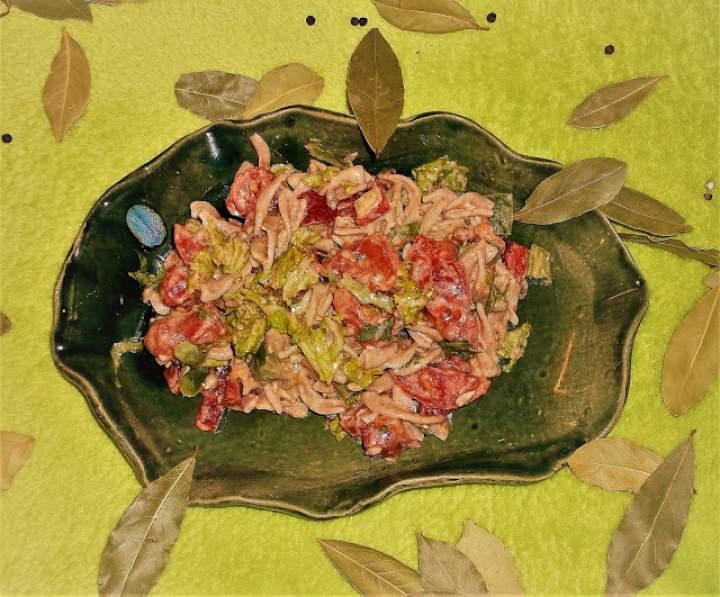 Sałatka pomidorowo-pietruszkowa z makaronem żytnim pełnoziarnistym