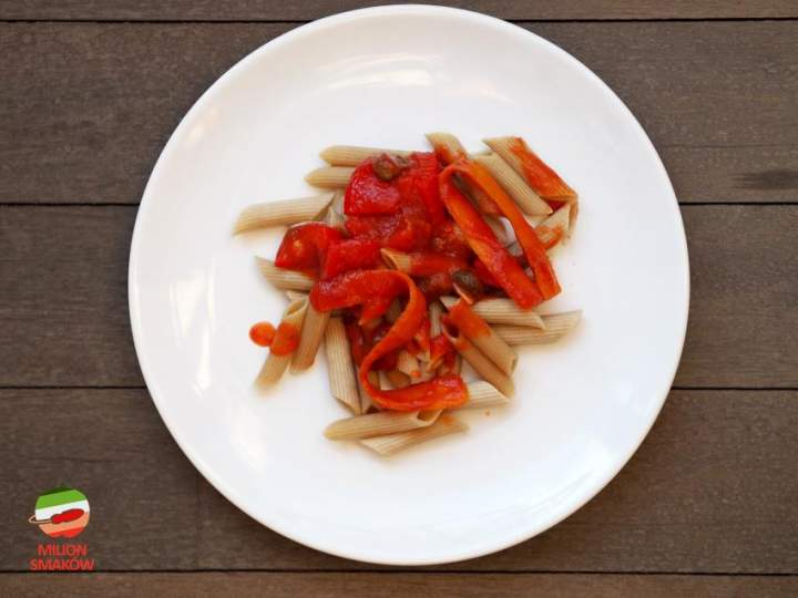 Makaron z sosem pomidorowym, kaparami, papryką i wstążkami marchewki