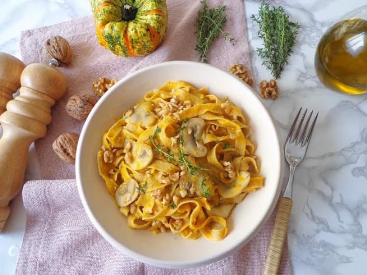 Makaron fettuccine z kremem z dyni, pieczarkami i orzechami (Fettuccine con crema di zucca, champignon e noci)