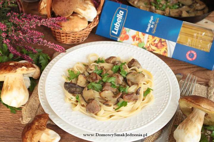 makaron z gulaszem mięsno grzybowym