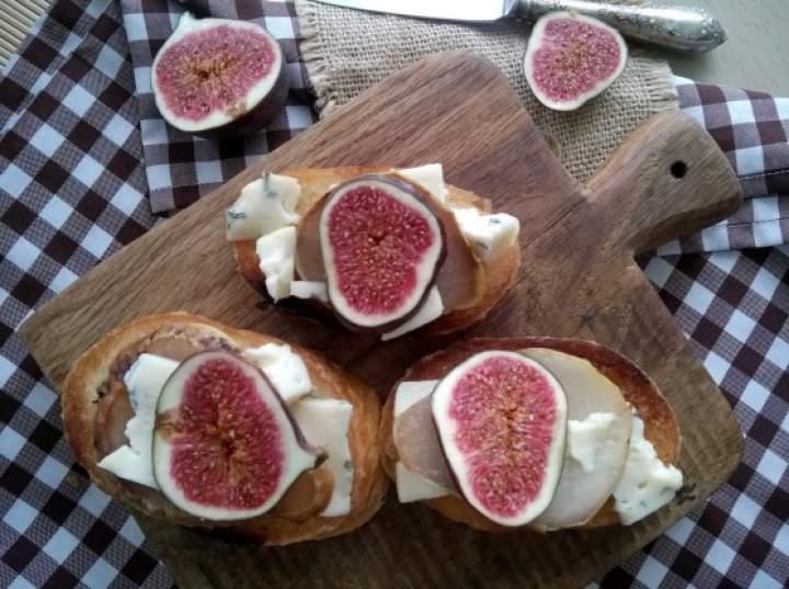 Grzanki z karmelizowaną gruszką, serem pleśniowym i figą