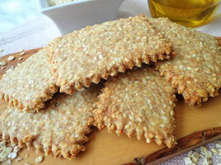 Z cyklu: Dla dzieci – Razowe krakersy z płatkami owsianymi i sezamem (Cracker integrali ai fiocchi di avena e sesamo)