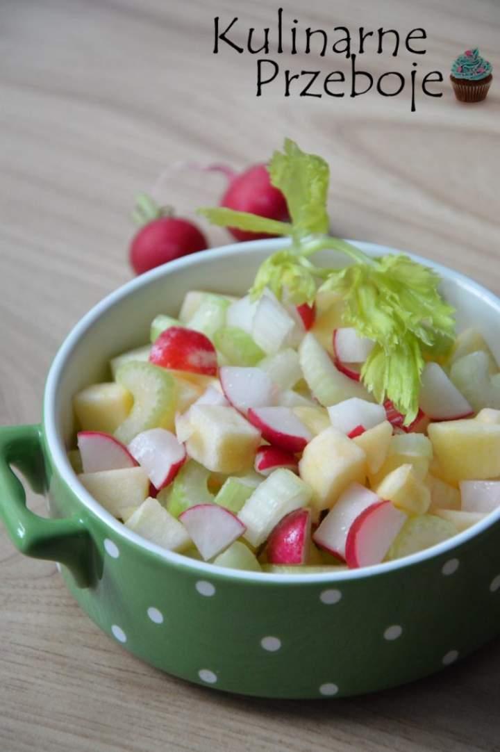 Sałatka z rzodkiewki, jabłka i selera naciowego