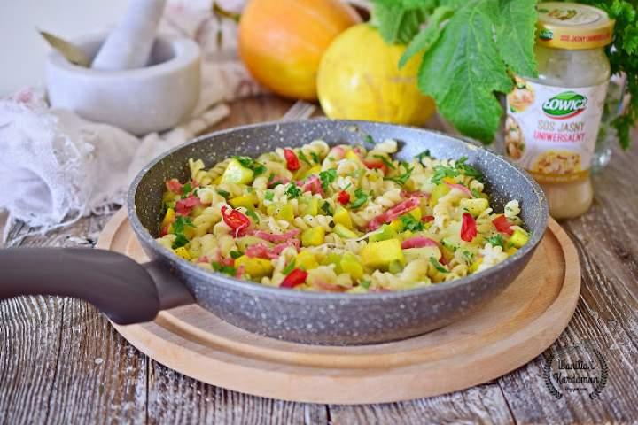 Potrawka dyniowa z salami,  makaronem i jasnym sosem Łowicz