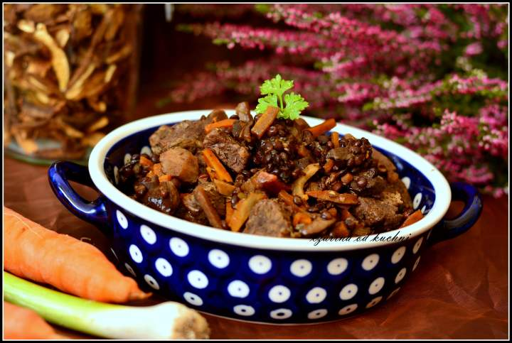 Wołowina pieczona z czarną soczewicą i grzybami