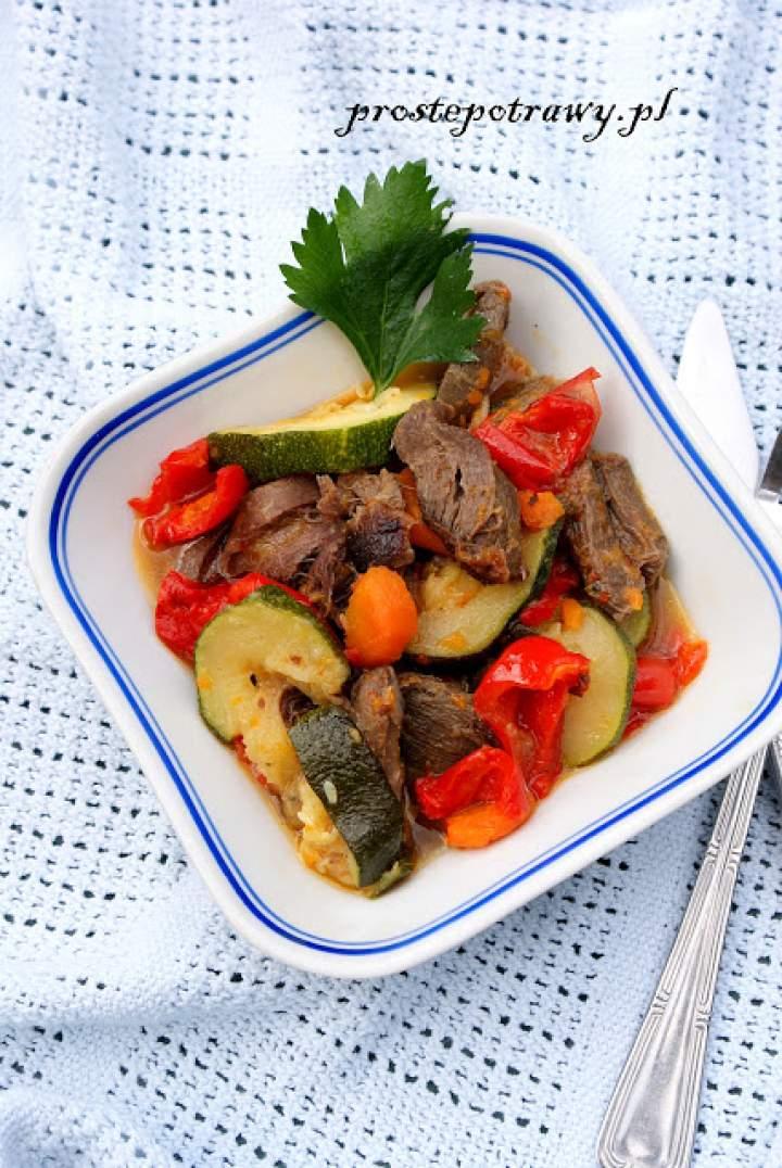 Gulasz z gęsich żołądków z warzywami
