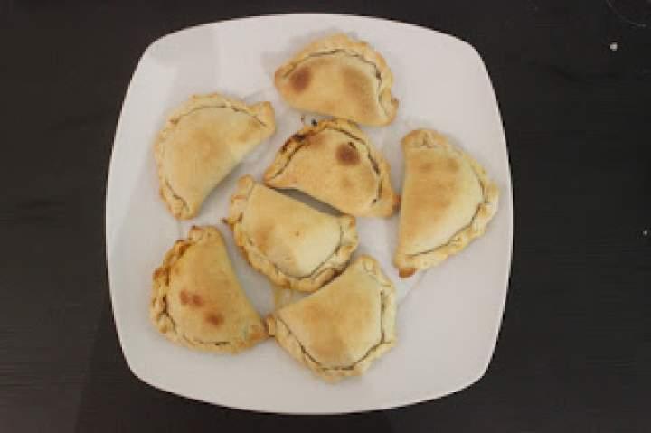 Pieczone empanadas z wołowiną i serem