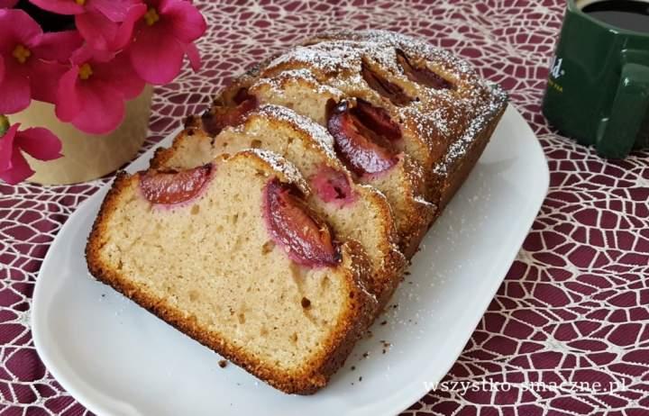 Ciasto cynamonowe z kardamonem i śliwkami