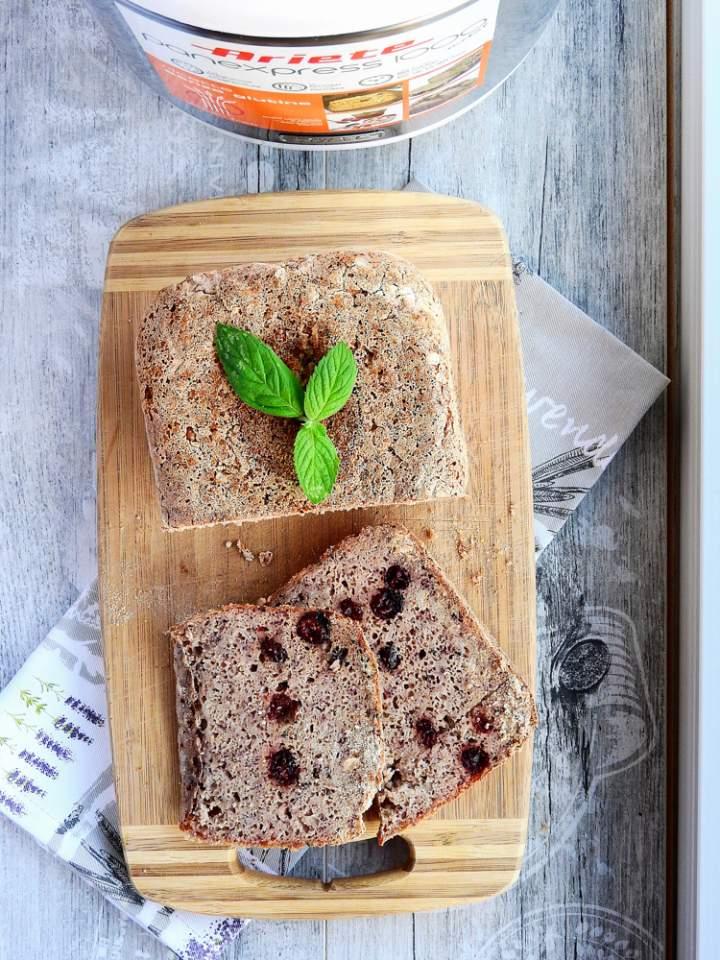 Chleb z żurawiną z wypiekacza do chleba.