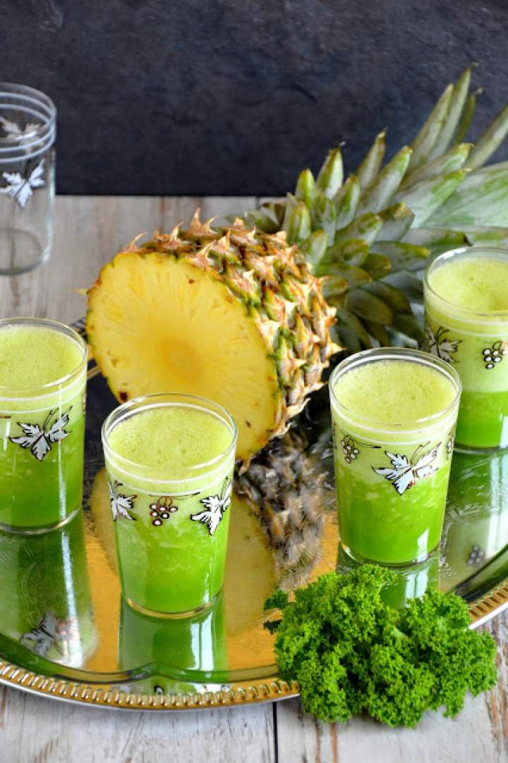 Tropikalny zielony koktajl z ananasem, bananem, jarmużem i selerem