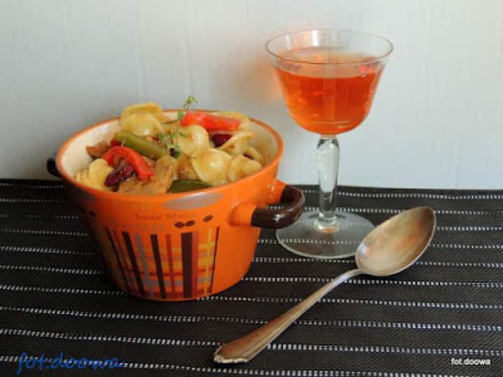 Orecchiette z sosem piwnym, fasolą i papryką