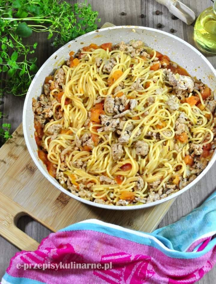 Jednogarnkowe spaghetti z sosem pomidorowym i mięsem mielonym