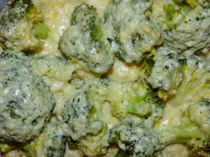 Brokuły pieczone w sosie beszamelowym