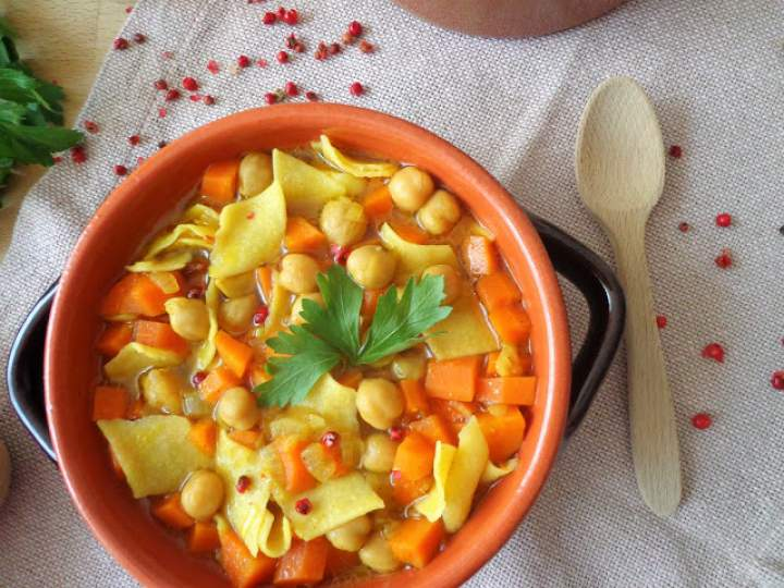 Rozgrzewająca zupa z ciecierzycą, łazankami i kurkumą (Minestra di pasta, ceci e curcuma)